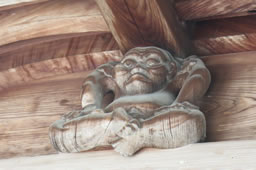 邪鬼、奥河内の青賀原神社で梁を支える【葉隠の美】